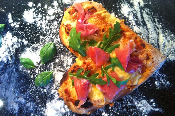 Pizza med parmaskinke og ruccola