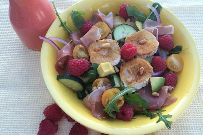Salat med chevre og bringebær